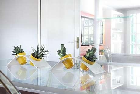 58. Vasos de plantas decora o centro da mesa da sala de jantar. Fonte: Pinterest