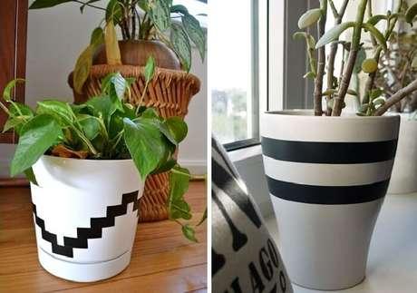 59. Vasos de plantas decorado com fitas de adesivo. Fonte: Pinterest