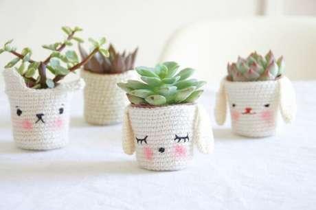 62. Vasos de plantas delicados feitos com crochê. Fonte: Pinterest
