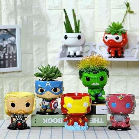 63. Vasos em formato de bonecos do filme Os Vingadores. Fonte: Pinterest