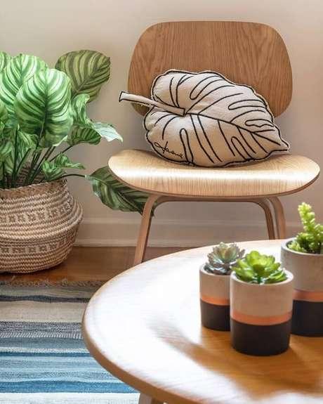 69. Vasos de plantas pequeno decora a mesa de centro da sala. Fonte: Pinterest