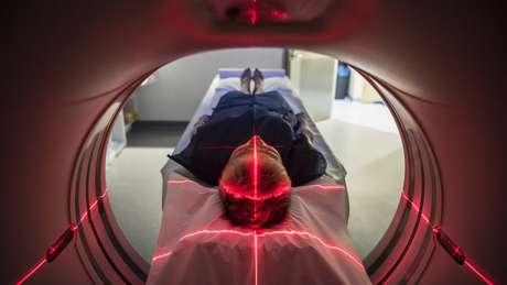 Pesquisa mostra que o vírus também consegue infectar e se multiplicar em cérebros adultos, com sequelas, em alguns casos, de perda de memória e habilidades motoras