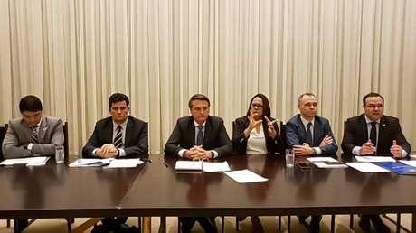 O presidente Bolsonaro, durante live, ladeado pelosministros Wagner Rosa (CGU), Sergio Moro (Justiça),André Mendonça (AGU) eJorge Oliveira (Secretaria-Geral), além da tradutora em libras