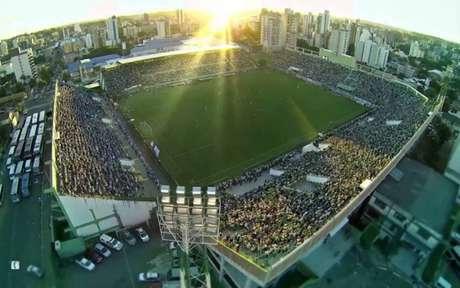 Vasco e Chapecoense se enfrentam na Arena Condá (Foto: Divulgação)