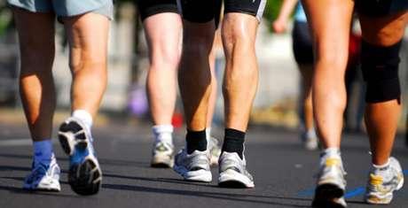 Caminhar traz bons benefícios para a saúde, ajudando a prevenir doenças cardíacas, diabetes, depressão e alguns tipos de câncer