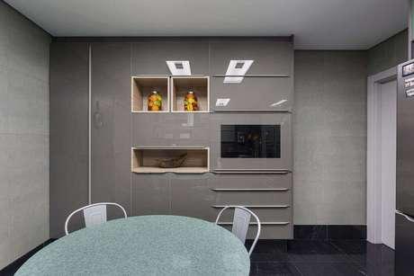29. Embutir os nichos de madeira a outros móveis é uma forma inteligente de utilizar as peças. Projeto de Maria Luisa Mendes
