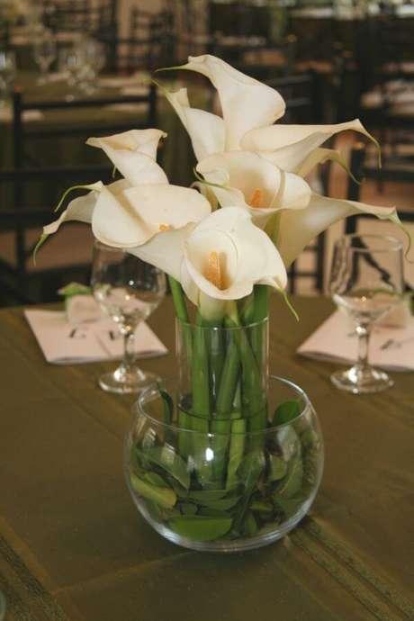 6. Arranjo de copo de leite para decoração da mesa – Por: Meu Casamento
