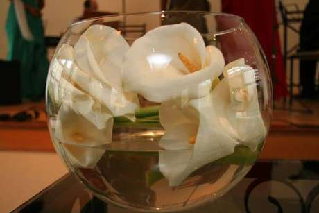 7. Arranjo de copo de leite no vaso moderno – Por: Pinterest