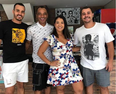 Danilo (de branco, à direita) em foto com o pai Cafu e a família