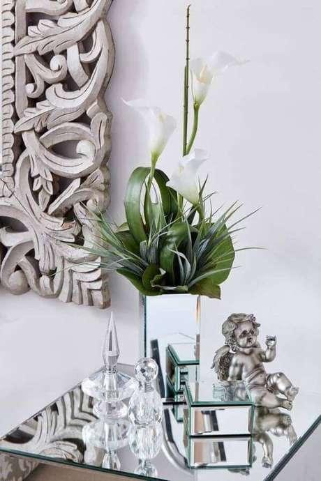 30. Decoração com copo de leite e vaso espelhado – Por: Pinterest