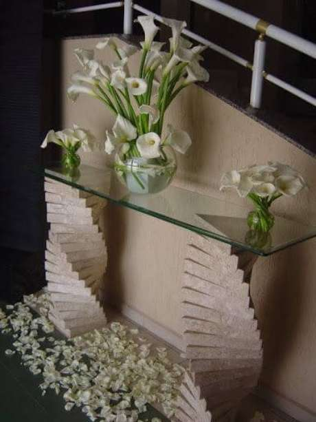 32. O vaso de copo de leite pode ser usado para decorar o aparador – Por: Pinterest