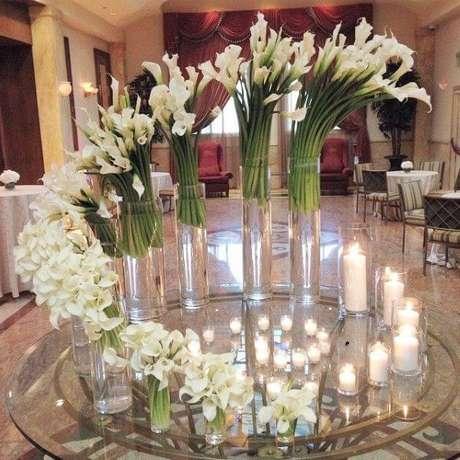 33. Decoração de casamento com lindos arranjos de copo de leite – Por: Pinterest