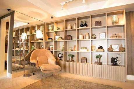 40. Toda uma estante pode ser feita de nichos de madeira. Projeto de Carlos Rossi