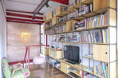 63. Uma estante completa pode ser montada com nichos de madeira. Projeto de C2HA Arquitetos