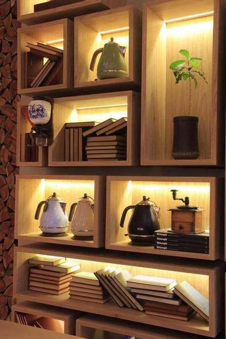 49. Pode ser interessante embutir iluminaçãonos nichos de madeira.Projeto de Olegário de Sá & Gilberto Cioni