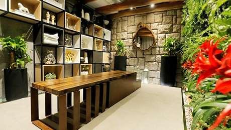 39. Os nichos de madeira podem ser rústicos mesmo se tiverem o formato tradicional. Foto: Revista Viva Decora.