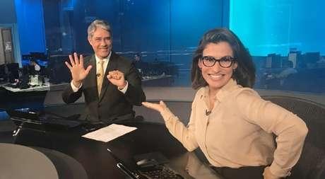 Bonner e Renata gesticulam em referência aos 50 anos do JN: telejornal não tem poupado Bolsonaro de manchetes negativas