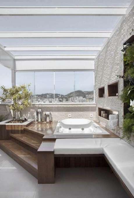 35. Os nichos de madeira utilizados no banheiro devem ser reforçados para resistirem à umidade. Projeto de Mariana Martini