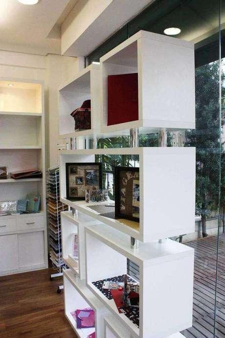 36. Lojas usam muito os móveis que possui nichos de madeira. Projeto de DH Arquitetura