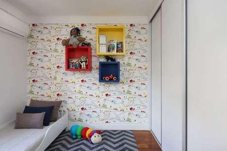 73. Os nichos de madeira devem ser instalados altos em um quarto infantil para evitar acidentes. Projeto de Bianchi & Lima Arquitetura