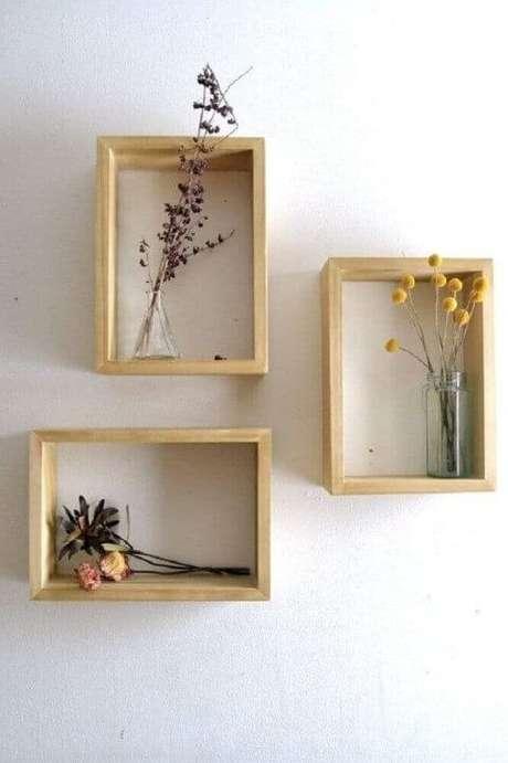 22. Os nichos de madeira são ótimos como suportes para vasos de planta. Foto: Revista Viva Decora.