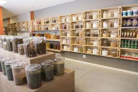 12. Estabelecimentos comerciais usam muito os nichos de madeira. Projeto de Helena Rodrigues