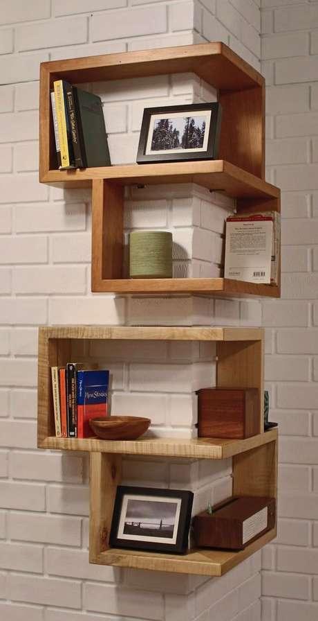 4. A sala costuma utilizar diferentes métodos de organização dos nichos de madeira. Foto: Casa Abril