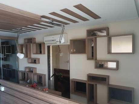 52. Há quem revista os nichos de madeira com espelhos. Projeto de Brunno Leonard de Andrade