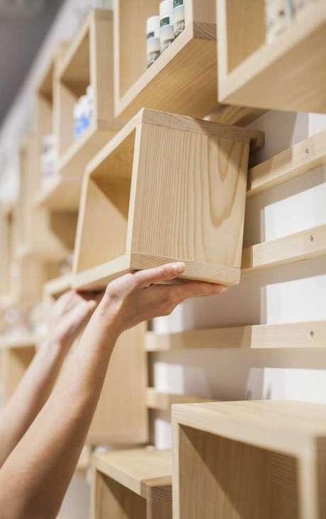 8. Fazer nichos de madeira é uma tarefa fácil. Foto: Decor Fácil