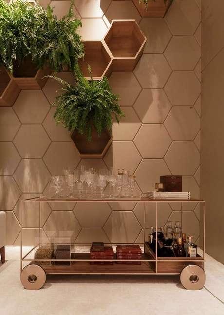 68. Nichos de madeira podem ser associados ao papel de parede do cômodo. Foto: Revista Viva Decora.
