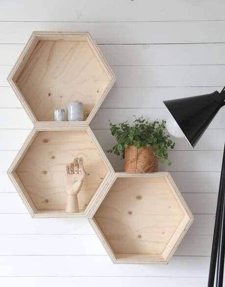 21. Formatos hexagonais são comuns em nichos de madeira. Foto: Decostore