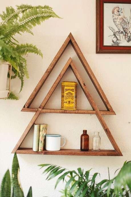 53. Nichos de madeira triangulares são muito modernos. Projeto de Casinha da Nane