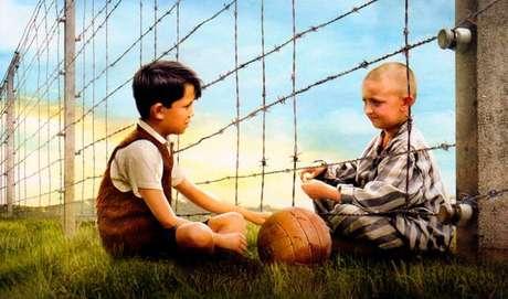 O MENINO DO PIJAMA LISTRADO - Durante a Segunda Guerra Mundial, Bruno, um garoto de oito anos, e sua família saem de Berlim para residir próximo a um campo de concentração, onde seu pai acaba de se tornar comandante. Infeliz e solitário, ele vagueia fora de sua casa e certo dia encontra Shmuel, um menino judeu de sua idade. Embora a cerca de arame farpado do campo os separem, os meninos começam uma amizade proibida