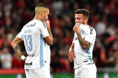 Jogadores do Grêmio lamentam eliminação na Copa do Brasil.