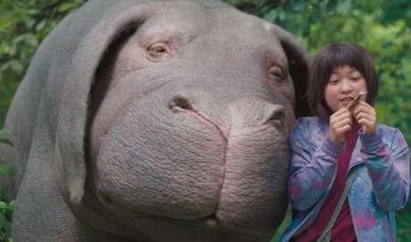 OKJA - Lucy Mirando (Tilda Swinton), a CEO de uma poderosa empresa, apresenta ao mundo que uma nova espécie animal foi descoberta no Chile. Apelidada de