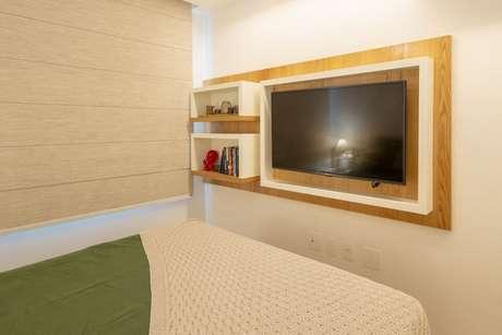 66. Os nichos de madeira podem estar até mesmo em um painel de TV. Projeto de Vita Arquitetura
