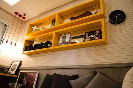 57. O amarelo destes nichos de madeira dá destaque ao cômodo. Projeto de Studio Ecoara