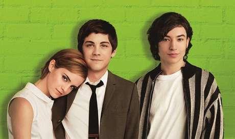 AS VANTAGENS DE SER INVISÍVEL - O filme conta a história de Charlie, um jovem que tem bastante dificuldade para se enturmar e, ao encontrar um grupo de amigos, passa a se identificar com eles e superar os dilemas da adolescência