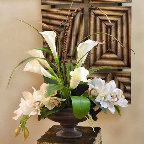5. Vaso com copo de leite e orquídeas na decoração clássica – Por: Pinterest