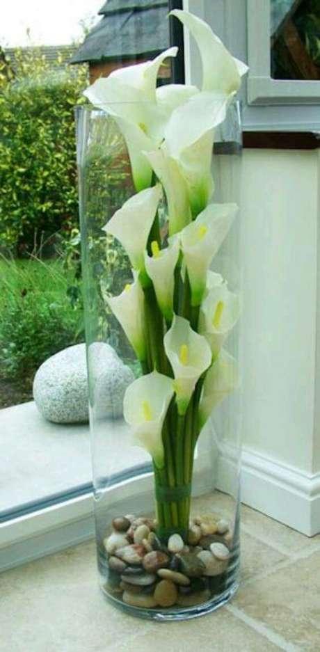38. Vaso vertical com a flor copo de leite – Por: Pinterest