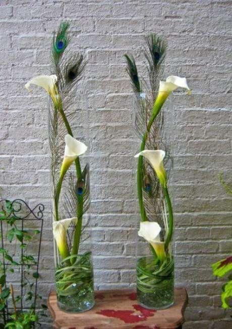39. O copo de leite pode ser usado com diferentes tipos de flores para você ter uma decoração moderna e linda – Por: Weding Wire