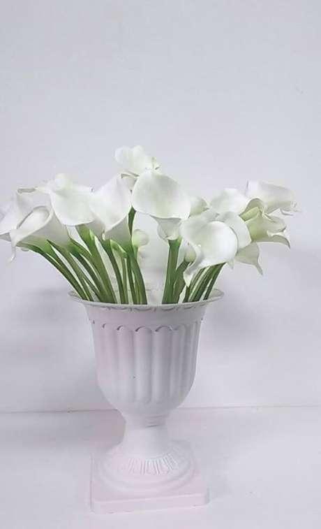 41. O vaso de flores copo de leite é lindo e faz toda diferença na decoração – Por: Pinterest