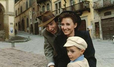 A VIDA É BELA - Durante a Segunda Guerra Mundial, Guido e seu filho Giosué são levados a um campo de concentração nazista. Para proteger o filho, Guido inventa que estão participando de uma gincana na qual o vencedor ganha um prêmio