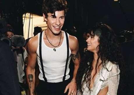 Os cantores Shawn Mendes e Camila Cabello.