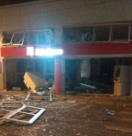 Criminosos explodiram os caixas eletrônicos de uma agência bancária, em Iracemápolis, interior de São Paulo. O prédio ficou destruído.