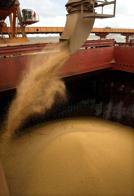 Navio é carregado com soja para exportação no porto de Paranaguá (PR)  27/03/2003 REUTERS/Paulo Whitaker