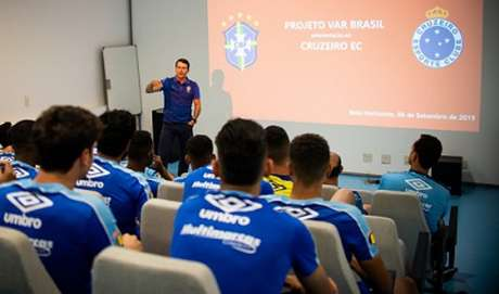 Gaciba falou  o VAR para os jogadores do Cruzeiro nesta sexta-feira- (Bruno Haddad/Cruzeiro)