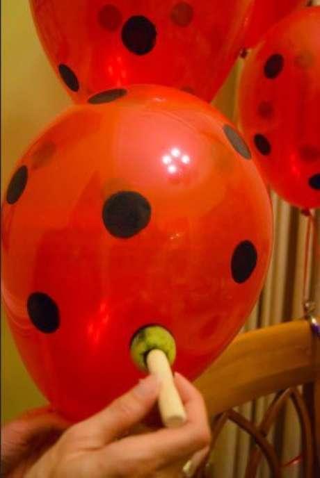 9. Balão vermelho personalizado com bolinhas pretas para a festa ladybug – Por: Pinterest