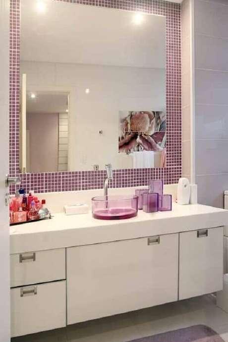 9. Decoração de banheiro feminino com pastilha roxa e cuba redonda de acrílico – Foto: Homify