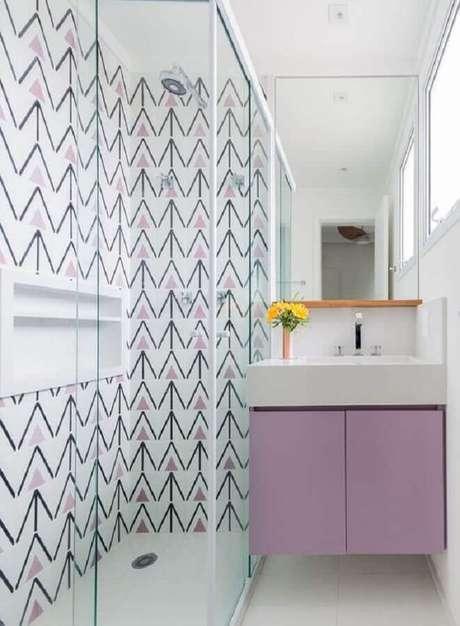 1. Decoração para banheiro feminino branco e lilás pequeno – Foto: Casa e Jardim
